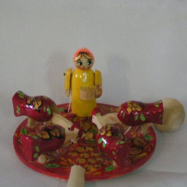 Девочка кормит курочек Богородская игрушка Р-45/911